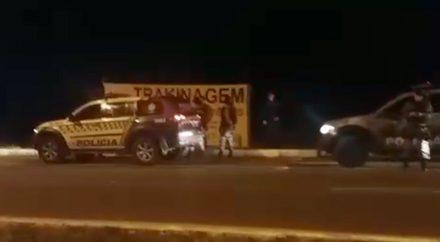 Policiais militares no momento de apreensão dos suspeitos do crime (Foto: PM/Divulgação).