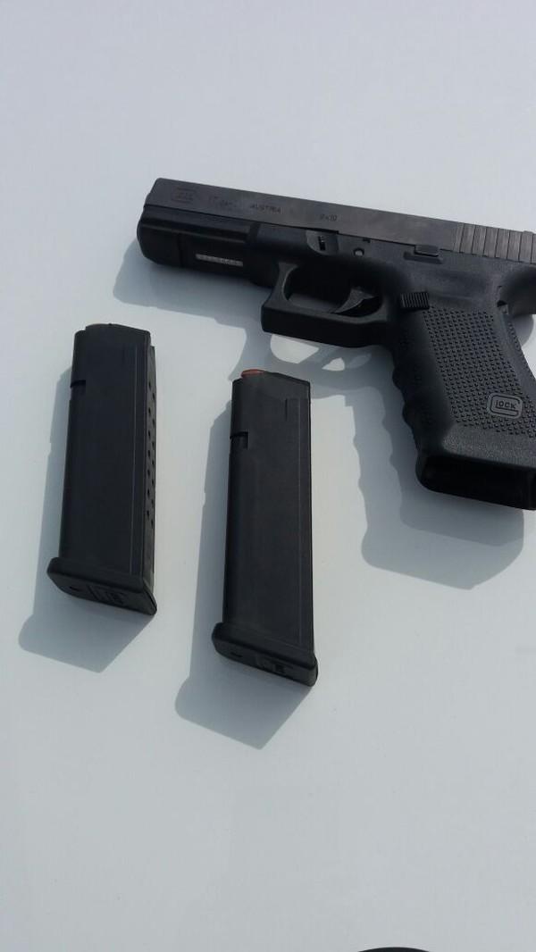 Polícia encontrou em fundo falso uma pistola 9 mm com 26 munições e dois carregadores (Foto: PRE/Divulgação).