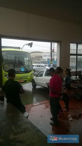Pessoas que estavam na oficina ficaram assustadas com o acidente. Foto: Internauta