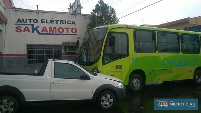 Ônibus derrapou, subiu na calçada e bateu forte contra uma picape estrada estacionada em frente de uma oficina elétrica. Fotos: MANOEL MESSIAS e internauta
