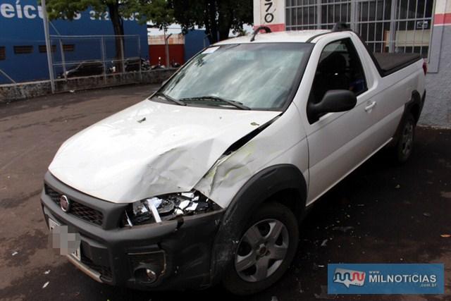 Picape Strada sofreu grandes avarias na sua parte frontal esquerdo e traseiro direito. Fotos: MANOEL MESSIAS