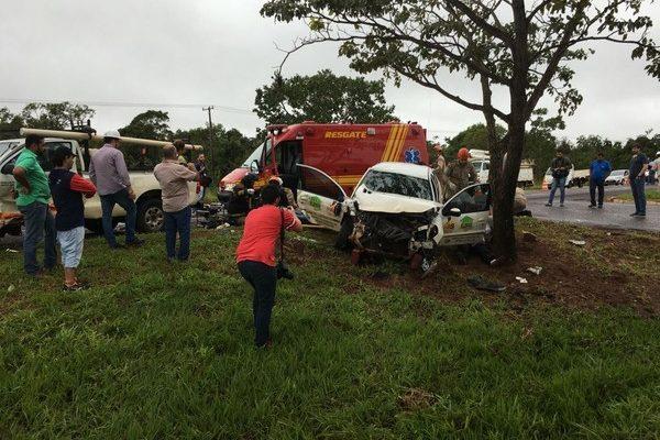 Carro da Assistência Social de Fátima do Sul bateu em árvore depois da colisão com caminhonete (Foto: Alexandre Cabral/ TV Morena).
