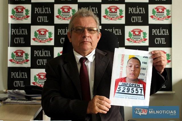 Delegado  da DIG, Tadeu Carvalho, com a foto de Danilo Loureiro. Foto: Manoel Messias/Mil Noticias
