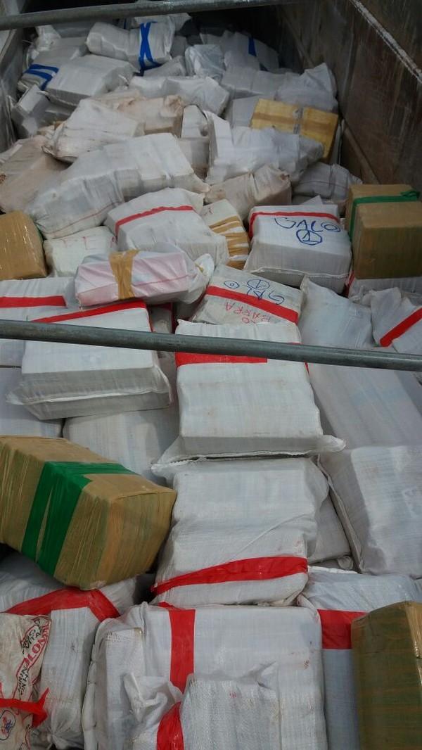 Droga estava escondida apenas debaixo da lona (Foto: PRE/Divulgação).
