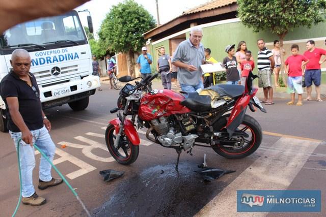 Moto CB 300 na cor vermelha ficou totalmente destruída. Foto: Manoel Messias/Mil Noticias