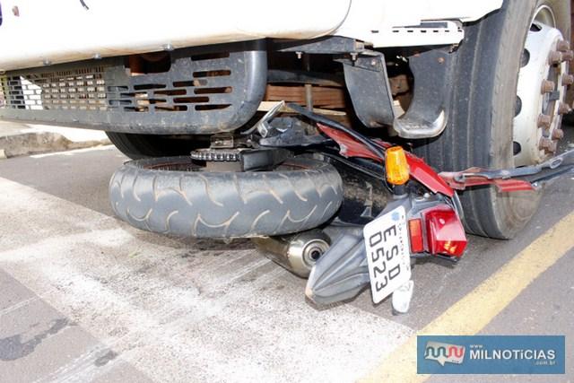 Moto ficou debaixo do caminhão basculante. Foto: Manoel Messias/Mil Noticias
