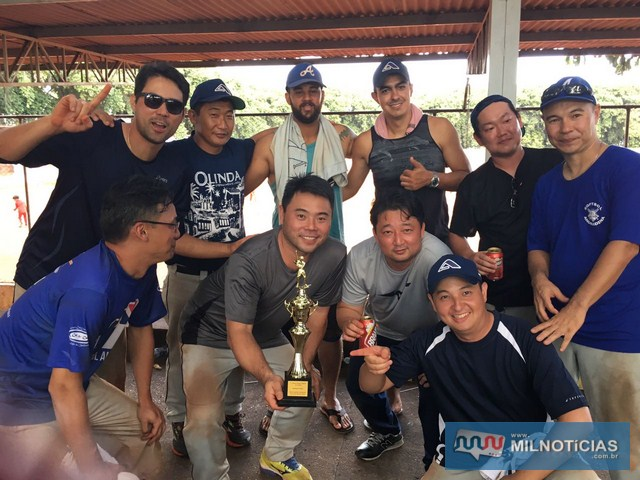Alegria dos participantes após a entrega do troféu de campeão da Chave Prata do 7º Torneio de Softbal. Foto: Arquivo Pessoal