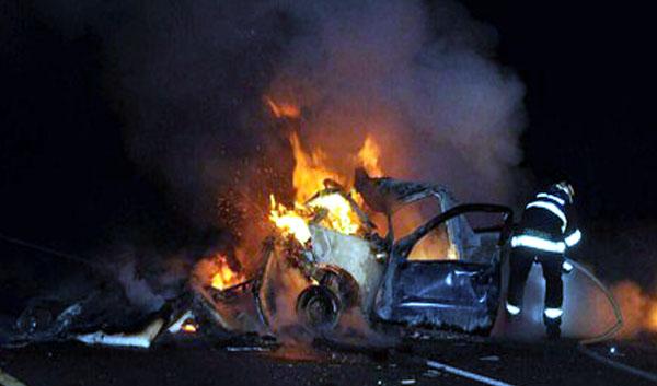 Passageiro, de 66 anos, não conseguiu deixar o carro e morreu no local (Foto: Cristiano Nascimento/Cedida)