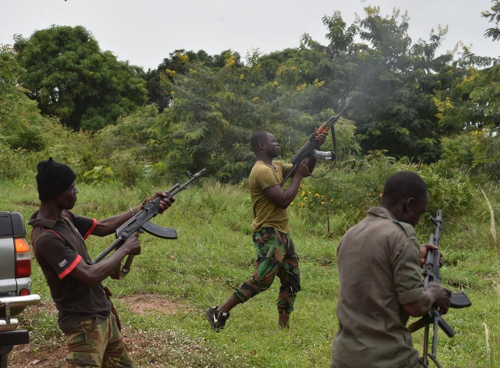 Soldados amotinados disparam para o alto em Bouake, nesta segunda (Foto: Issouf Sanogo/AFP).