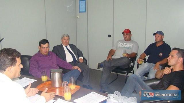 Vereador Silas prestou homenagem aos diretores do SINTRAF. Foto: DIVULGAÇÃO