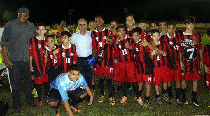 Pereira Barreto foi campeã no Sub-13. Prefeito da cidade (azul), prestigiou evento final. Foto: Manoel Messias/Mil Noticias