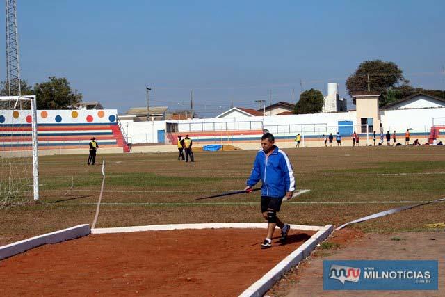 Atleta de Andradina Valdi Teixeira durante aquecimento para prova do lançamento do dardo; 33 anos de Jogos Regionais. fotos: Manoel Messias/Mil Noticias