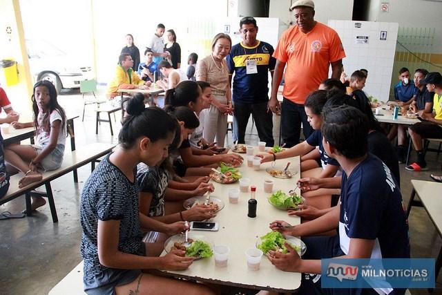 Tamiko almoça com atletas e comissão técnica. Foto: Secom/Prefeitura