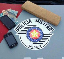 Foi apreendido um tijolo de maconha (Cannabis Sativa), pesando 635 gramas. Foto: DIVULGAÇÃO/PM