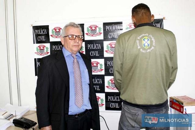 Delegado Tadeu Carvalho, da DIG, apresenta condenado no dia da prisão dele por sua equipe. Foto: Manoel Messias/Mil Noticias
