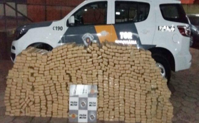 O carro foi encontrado dentro de um motel e estava carregado com 598 quilos de maconha distribuídos em malas, porta-malas e dentro dos estofamentos. Foto: Polícia Rodoviária