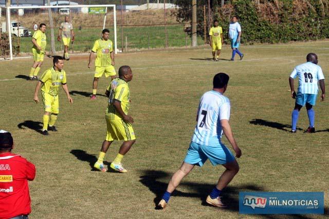 Cecam (amarelo), suou a camisa (literalmente), para vencer por 2x1 o Beira Linha. Fotos: MANOEL MESSIAS/Mil Noticias