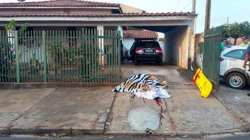 Corpos de mãe e filha ficaram caídos na calçada enquanto Ronaldo era socorrido. Foto: Olimpia24h