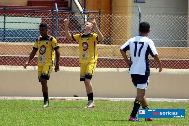 Villas  (amarelo), de Lucas Calister, venceu o Bigua (branco) por duas vezes: por 1 a 0 e 2 a 1. Fotos: MANOEL MESSIAS/Mil Noticias