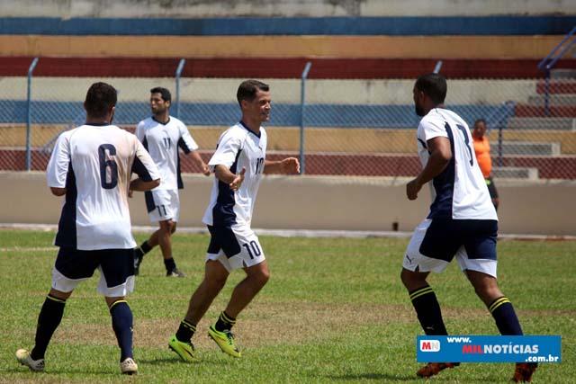 Golaço de Marcinho Richardes (Bigua, de branco), lembrou os velhos tempos de profissionalismo. Foto: MANOEL MESSIAS/Mil Noticias