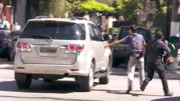 Joesley Batista deixa a casa do pai após Fachin determinar sua prisão (Foto: Reprodução/GloboNews)