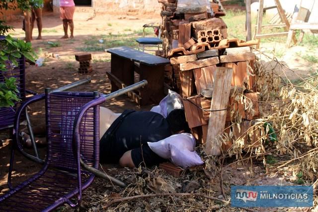 """""""Cadin"""" tomava tereré sentado em uma cadeira embaixo de uma árvore (dentro do quintal da casa), quando recebeu tiro fatal no coração. Foto: Manoel Messias/Agência"""