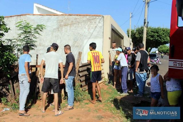Curiosos se aglomeram no cruzamento da Av. rio Grande do sul com rua Guiomar soares Andrade.  foto: MANOEL MESSIAS/Agência