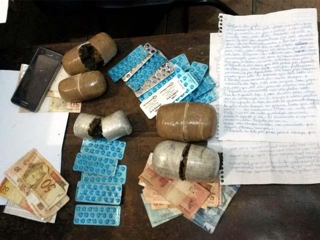 Foram apreendidos 690g de cocaína, 712g de maconha, 25 cartelas de estimulante sexual Pramil, além da quantia de R$ 687,00. foto: DIVULGAÇÃO/PM