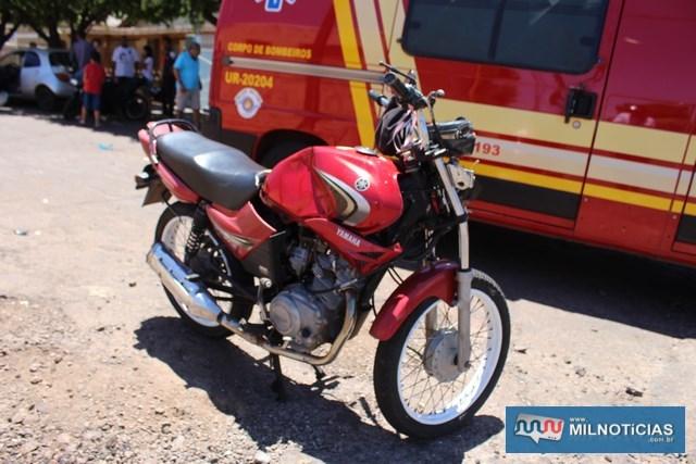 Motocicleta Yamaha YBR sofreu perda total e foi apreendida porque estava com o licenciamento vencido e o piloto não tem CNH. Foto: MANOEL MESSIAS/Agência