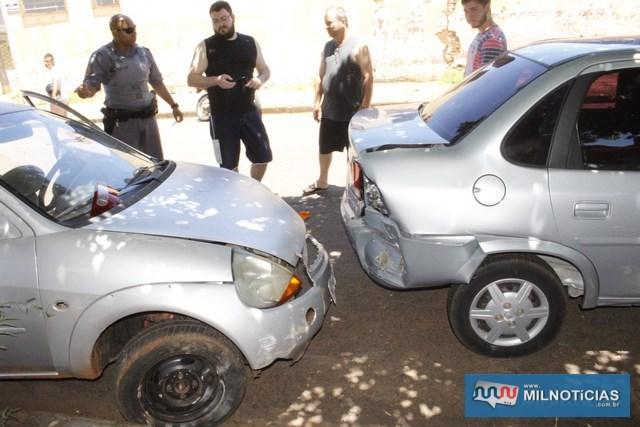 Corsa do engenheiro civil que estava estacionado também foi atingido e sofreu danos em sua parte traseira direita. Foto: MANOEL MESSIAS/Agência
