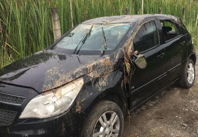 Carro caiu em córrego em Mogi das Cruzes e quatro passageiros morreram; três pessoas conseguiram abandonar veículo (Foto: Bruno Oliveira/TV Diário).