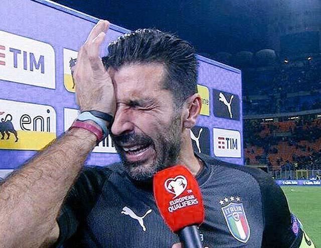 Buffon chora ao deixar o gramado em Milão (Foto: Getty Images)