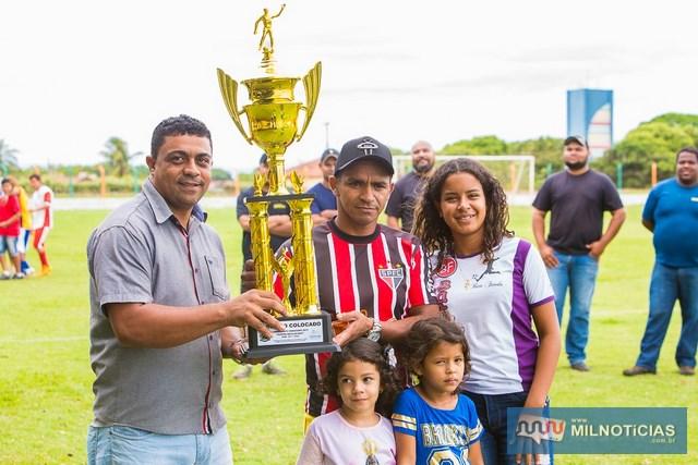 Em 3º lugar ficou a equipe do Bate Fundo que recebeu o troféu das mãos do vereador Itamar (esq.). foto: Portal Castilho