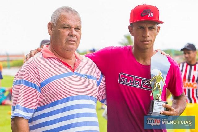Na premiação individual, o goleiro Bidoda, do Esporte Clube União, recebeu das mãos do assessor Joaquinzão o troféu de defesa menos vazada. Foto: Portal Castilho