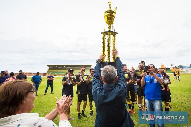 Elias Lanches ergue troféu de campeão. Foto: Portal Castilho
