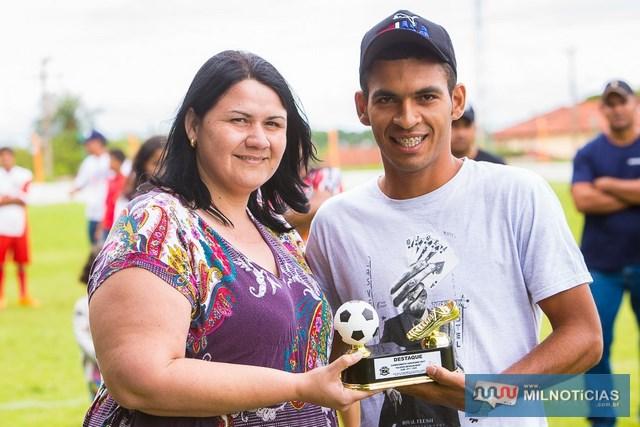 Como destaque do campeonato foi eleito o goleiro do Projeto Jupiá, Valteir Rivelino. Ele recebeu o prêmio das mãos da assessora Léia. Foto: Portal Castilho