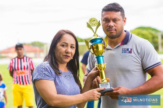 A equipe do Projeto Jupiá/conveniência Joary recebeu das mãos da assessora Andreia o troféu de time mais disciplinado. Foto: Portal Castilho