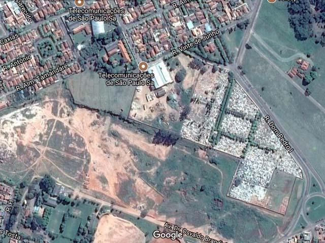 Uma pedestre passava próximo ao cemitério da cidade quando viu o corpo em um matagal e acionou a PM. foto: Google Maps