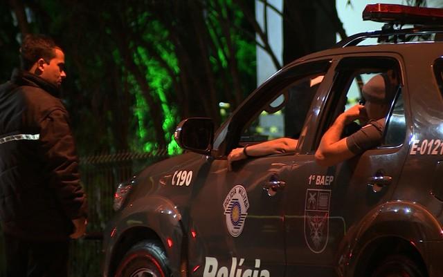 Policiais do Baepe, de Campinas, entram no condomínio no Distrito de Sousas (Foto: Reprodução EPTV).