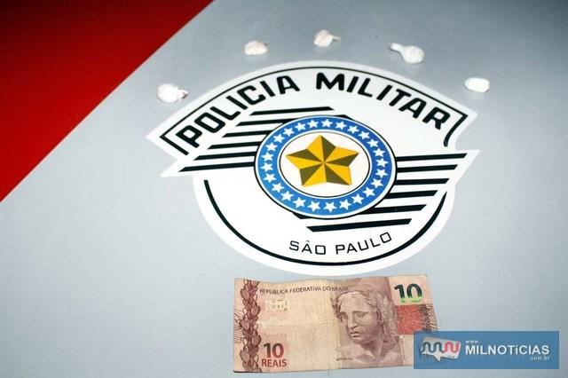 Foram apreendidas cinco porções grandes de cocaína e R$ 10,00 em dinheiro. Foto: MANOEL MESSIAS/Agência