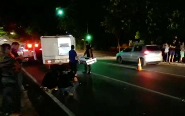 Idosa morreu atropelada por um carro na noite deste domingo (3) ao atravessar a Avenida Miguel Sutil, no Bairro Araés, em Cuiabá (Foto: TVCA/Reprodução).
