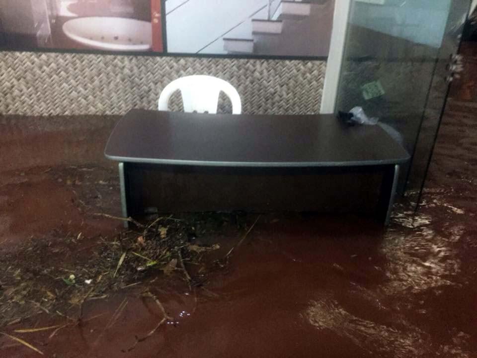 Interior da loja ficou com mais de um metro de água suja. Foto: Arquivo pessoal