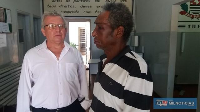 Delegado Tadeu (esq.), do 1º DP, conversa com a vítima da agressão, que apresenta lesão do lado esquerdo do rosto. Foto: MANOEL MESSIAS/Agência