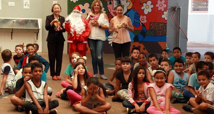 Crianças recebem barras de chocolate e choco snacks como forma de lembrança natalina. Fotos: Secom/Prefeitura