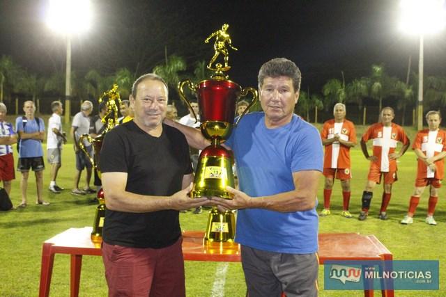 """""""Saruê"""", goleiro de Guaraçaí (esq.), recebe troféu de terceiro lugar das mãos do esportista """"cumpadre"""" Davi."""