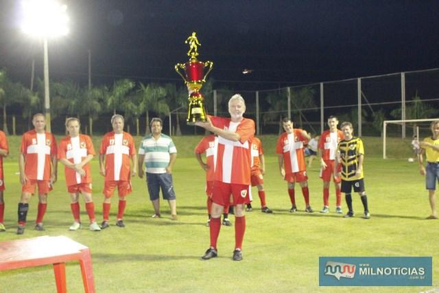 Adilso Geib, levanta troféu de vice campeão de sua equipe, o Sertanejo. Foto: MANOEL MESSIAS/Agência