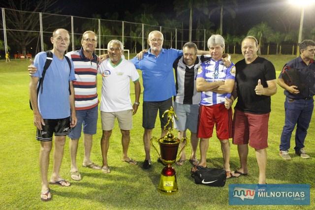 Atletas de Guaraçaí recebem troféu de terceiro colocado. Foto: MANOEL MESSIAS/Agência