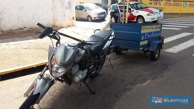 Motocicleta do entregador de água e gás sofreu pequenas avarias e ficou aos cuidados do padrasto da vítima. Fotos: MANOEL MESSIAS/Agência