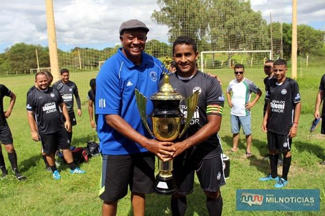 Fernando (capítão do AtléticoManeiro), recebe troféu de campeão das mãos de Manoel Messias Almeida. Foto: MANOEL MESSIAS DA SILVA
