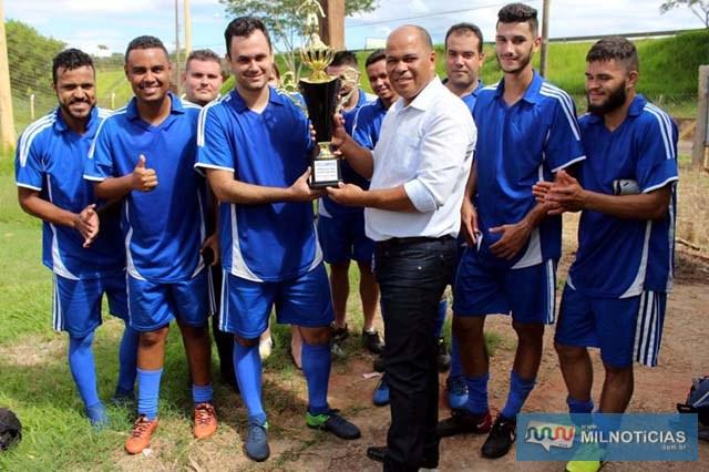 Vereador Hernani da Bahia (dir.), entrega troféu de vice campeão para o capitão do Juma Mais Calçados. Foto: MANOEL MESSIAS/Agência